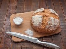 Pan y sal calientes fotografía de archivo libre de regalías