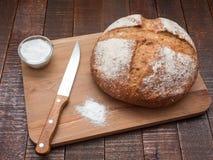 Pan y sal calientes imagen de archivo