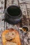 Pan y té en la tetera del metal, fondo gris de las cubiertas del vintage foto de archivo