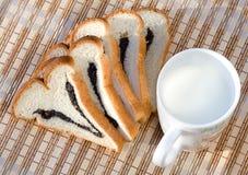 Pan y taza de leche foto de archivo libre de regalías