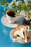 Pan y taza de té imagen de archivo