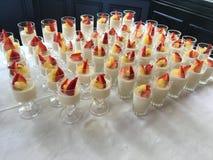 Panacotta com morangos e cobertura dourada do quivi imagem de stock