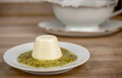 Panacotta con la salsa verde del kiwi Immagini Stock