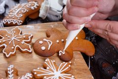 Panadería de la Navidad Adornamiento del hombre de pan de jengibre hecho en casa con la formación de hielo Imagenes de archivo