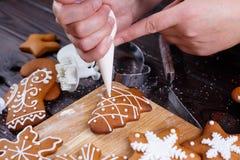 Panadería de la Navidad Adornamiento de las galletas hechas en casa del pan de jengibre con i Imagen de archivo libre de regalías