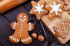 Panadería de la Navidad Hombre de pan de jengibre hecho en casa adornado con la formación de hielo, Foto de archivo libre de regalías