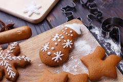 Panadería de la Navidad Muñeco de nieve hecho en casa del pan de jengibre adornado con el ic Fotos de archivo