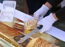 Panadería del confitero con la torta de esponja Foto de archivo