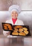 Panadero con los pasteles frescos Imagen de archivo libre de regalías
