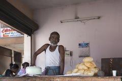 Panadero de los alimentos de preparación rápida con el sartén en la calle Imágenes de archivo libres de regalías