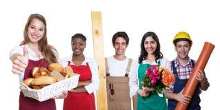Panadero de sexo femenino caucásico de risa con el grupo del otro internationa Foto de archivo