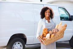 Panadero de sexo femenino Delivering Bread Standing en Front Of Van Foto de archivo