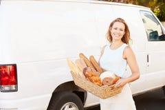 Panadero de sexo femenino Delivering Bread Standing en Front Of Van Imagen de archivo libre de regalías