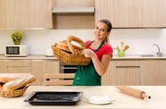 Panadero de sexo femenino joven que trabaja en cocina fotografía de archivo libre de regalías