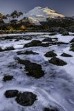 Panadero del Mt sobre el Tarn helado en la salida del sol Fotografía de archivo libre de regalías