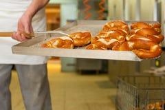 Panadero en su panadería foto de archivo libre de regalías