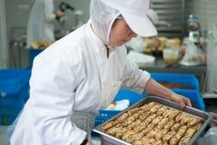 Panadero Holding Tray de las galletas de Biscotti Fotos de archivo