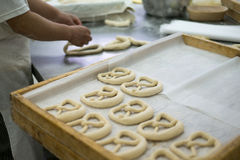 Panadero Making Mirrored Pretzel Imagenes de archivo