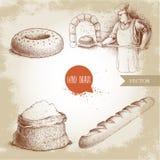 Panadero que hace el pan fresco en el horno de piedra, el panecillo del sésamo, el baguette fresco y el saco de la harina Foto de archivo libre de regalías