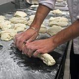 Panadero que hace los baguettes franceses Imagen de archivo libre de regalías