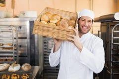 Panadero que sostiene la cesta de pan Imagen de archivo libre de regalías