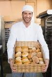 Panadero que sostiene la cesta de pan Fotografía de archivo libre de regalías