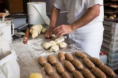 Panadero que trabaja en Golosaria 2013 en Milán, Italia Imagen de archivo