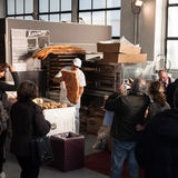 Panadero que trabaja en Golosaria 2013 en Milán, Italia Imagen de archivo libre de regalías