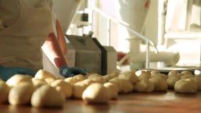Panaderos en la panadería almacen de metraje de vídeo