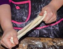 Panaderos que trabajan las manos Fotos de archivo libres de regalías