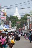 Panadura, Шри-Ланка - 10-ое мая 2018: Взгляд улицы рынка в городе Panadura стоковое фото