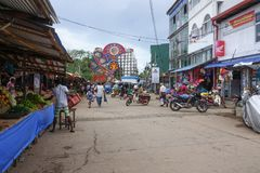 Panadura, Sri Lanka - 10 de mayo de 2018: Calle de mercado en la ciudad de Panadura A lo largo de la calle hay muchas tiendas y c Fotos de archivo libres de regalías