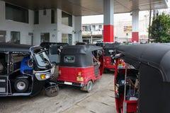 Panadura, Sri Lanka - 10 de mayo de 2018: Mucho taxi del tuk-tuk en línea en la gasolinera imagen de archivo libre de regalías