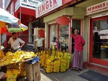 Panadura, Sri Lanka - 10 maggio 2018: Banane di vendite degli uomini nel mercato locale immagine stock