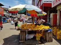 Panadura, Sri Lanka - 10 maggio 2018: Un uomo vende le banane nel mercato locale fotografie stock libere da diritti