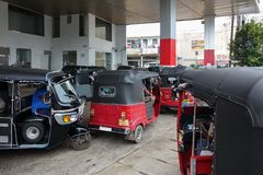 Panadura Sri Lanka - Maj 10, 2018: Många tuk-tuktaxi i linje på bensinstationen Royaltyfri Bild