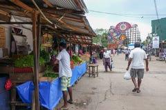 Panadura Sri Lanka - Maj 10, 2018: Marknadsgata i den Panadura staden Längs gatan finns det många shoppar och kontrar med frukter Royaltyfri Foto