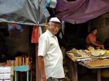 Panadura Sri Lanka, Maj, - 10, 2018: Obsługuje uśmiecha się przy lokalnym rynkiem owoc i warzywo fotografia royalty free