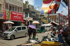 Panadura Sri Lanka - Maj 10, 2018: Sikt av marknadsgatan i den Panadura staden Royaltyfri Foto