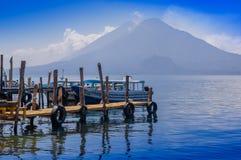 Panajachel, Гватемала - 25-ое апреля 2018: Шлюпки на пристанях в удаленной деревне San Pedro, озера Atitlan в Стоковая Фотография