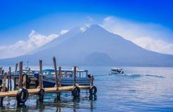 Panajachel, Гватемала - 25-ое апреля 2018: Шлюпки на пристанях в удаленной деревне San Pedro, озера Atitlan в Стоковая Фотография RF