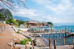 Panajachel Dokuje na brzeg Jeziorny Atitlan w Gwatemala fotografia royalty free