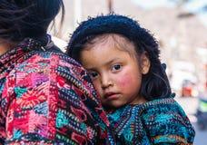 Panajachel, Guatemala - April, 25, 2018: De openluchtmening van niet geïdentificeerde Indische vrouw met baby bij de rug woont bi Royalty-vrije Stock Fotografie