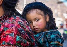 Panajachel, Guatemala - April, 25, 2018: De openluchtmening van niet geïdentificeerde Indische vrouw met baby bij de rug woont bi Royalty-vrije Stock Afbeeldingen