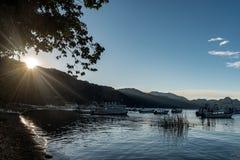PANAJACHEL, GUATEMALA - 13 DE NOVEMBRO DE 2017: Barcos na água e lago Atitlan na Guatemala Luz solar no fundo Luz da manhã Imagem de Stock