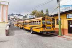 PANAJACHEL, GUATEMALA - MAART 25, 2016: Lokale de schoolbussen van de bussen vroegere V.S. in Panajachel-dorp, Guatemal stock afbeelding