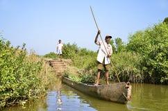 Panaji, Goa/la India - 01/08/2012: El pescador indio, un hombre mayor en un barco viejo se pega de la orilla Foto de archivo