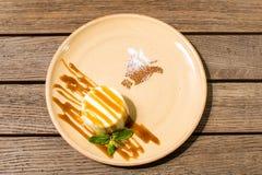 Panakota σε ένα πιάτο σε έναν ξύλινο πίνακα στοκ εικόνες