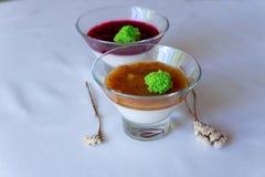 Panakota med bär körsbär i fruktsaften arkivfoto