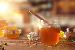 Panal de la abeja de la miel y polen de la abeja en cocina rústica Imagen de archivo